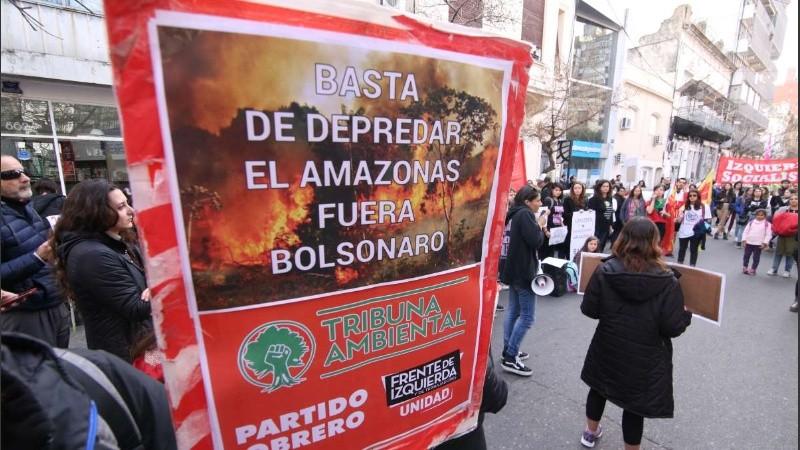 El acto frente al consulado de Brasil en Rosario, España al 800.