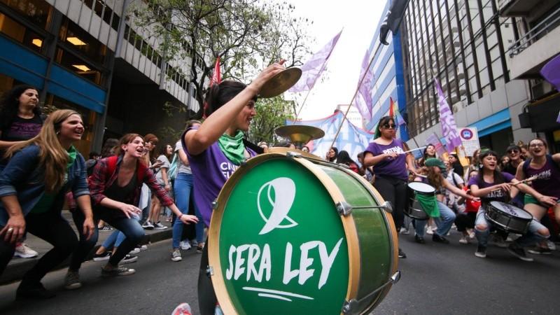 Otra masiva marcha en Rosario por el aborto legal y seguro.