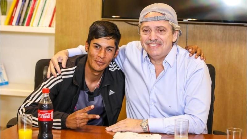Alta gorra Alberto. La foto del presidente electo con el joven discriminado.
