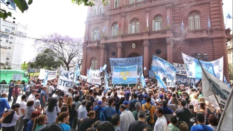 El martes habrá manifestación frente al Palacio Municipal de Rosario.
