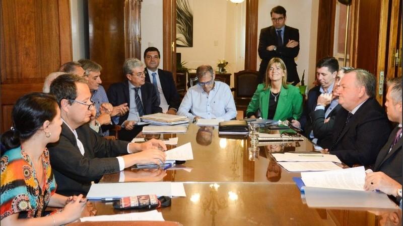 El ministro Borgonovo (en la cabecera) habló del paquete de leyes que tiene media sanción.