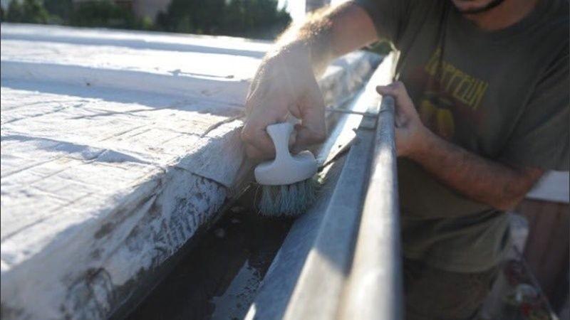 Mantener la limpieza en canaletas y vertederos evita la acumulación de agua y los criaderos de mosquitos.