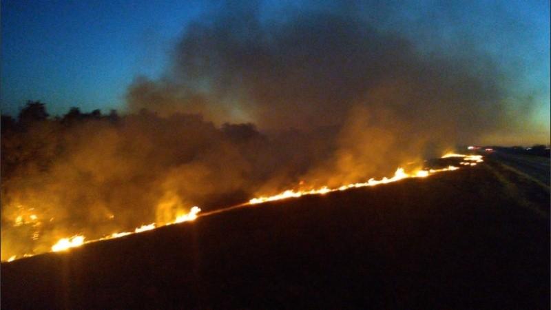 El fuego consumía pastos muy cerca de la ruta que lleva a Victoria.