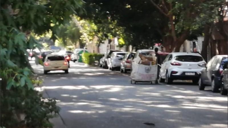 Los cartoneros empujan sus carros blancos por las calles del macrocentro