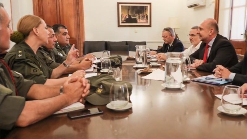 El gobernador con las autoridades de fuerzas federales.