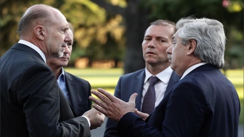 El gobernador con el presidente y otros funcionarios.