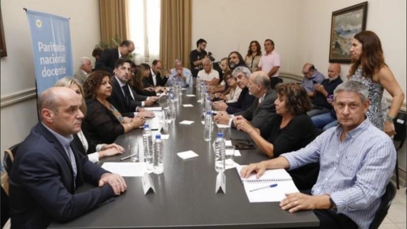 Hubo acuerdo entre el Gobierno y los gremios docentes en la reunión paritaria