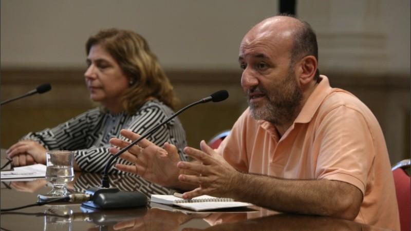 La secretaria de Salud de la provincia de Santa Fe, Sonia Martorano, y el secretario de Salud de Rosario, Leonardo Caruana, en conferencia de prensa,