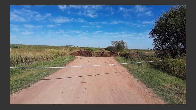 Bloqueo de accesos con montículos de tierra en Zavalla.