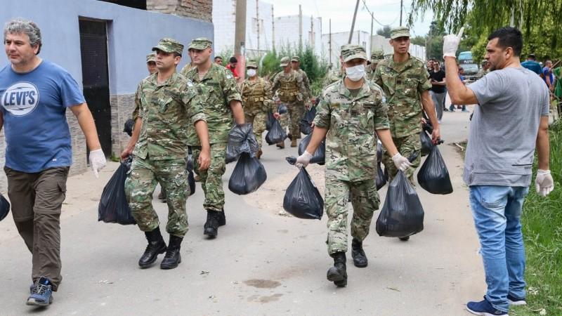 Los militares en plena distribución de los alimentos en la zona oeste de Rosario.