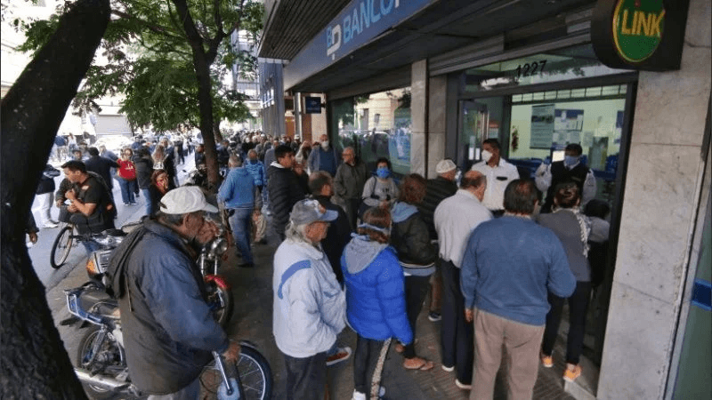 Largas colas en los bancos de la ciudad para cobrar jubilaciones y beneficios sociales.