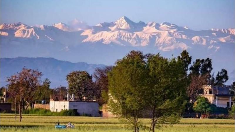 La cuaretena limpió el aire y se volvió a ver la cadena montañosa.