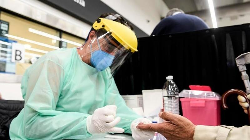 Para el testeo se toma una pequeña muestra de sangre del dedo.