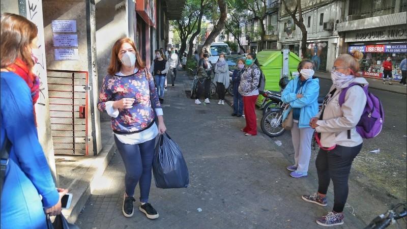 En Rosario será obligatorio guardar distancia de dos metros y usar tapabocas.