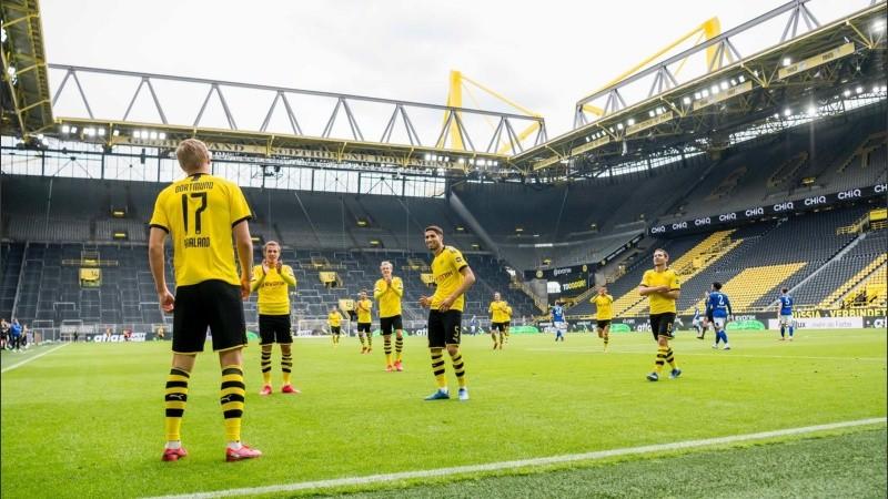 El festejo de Haaland en el primer gol del Dortmund, con distanciamiento preventivo.