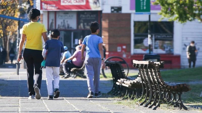 Una mujer con chicos por un parque céntrico: una escena repetida este sábado pese a la veda.
