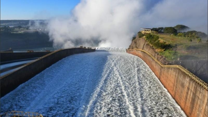 La represa de Itaipú reabrió este lunes a la madrugada.