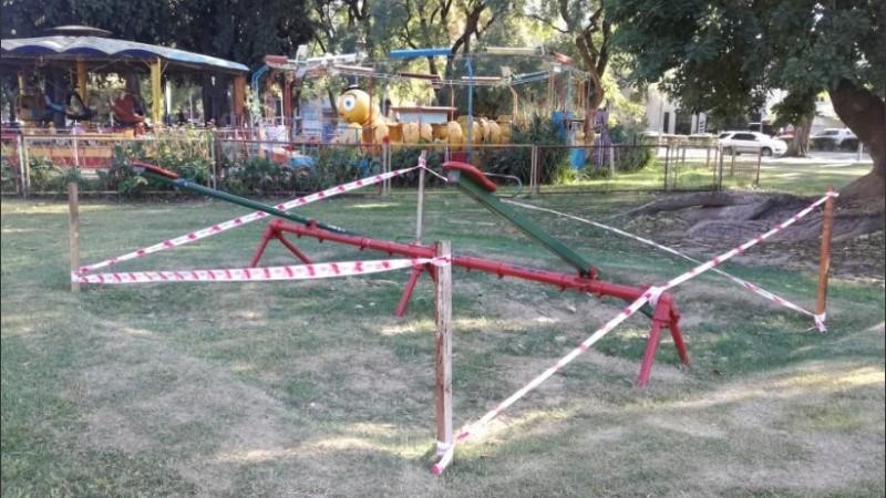 Así fueron cercados los juegos del parque Independencia.