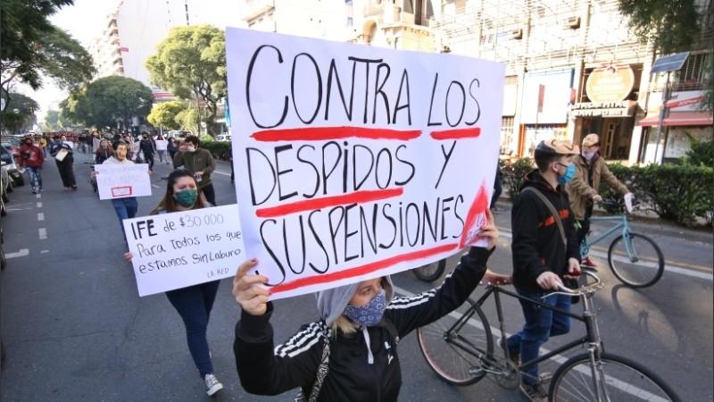 Uno de los manifestantes con su cartel de protesta.