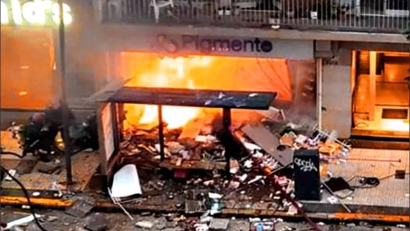 Las llamas tomaron rápidamente el edificio.