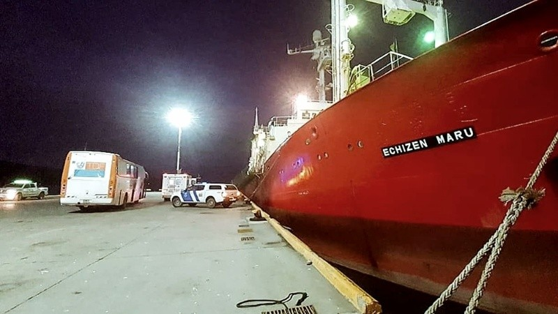 Un grupo de sus 60 tripulantes presentó síntomas.