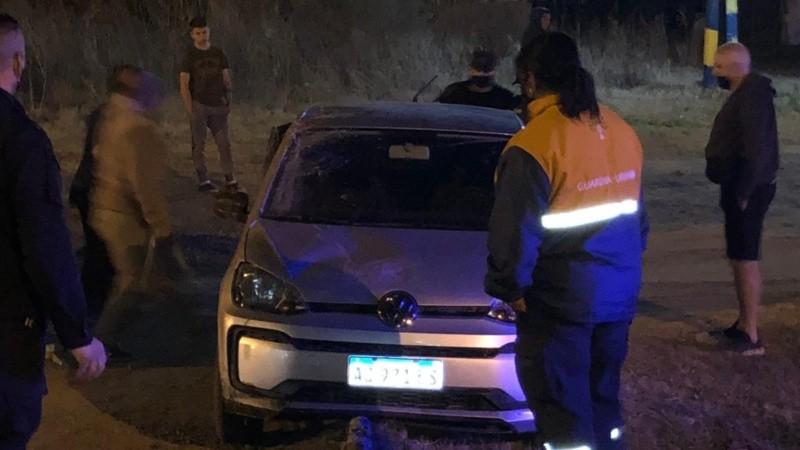 Así quedó el auto del supuesto abusador luego de intentar atropellar a su víctima.