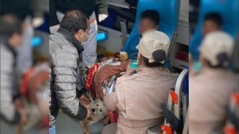 Brino Chaorro es asistido por personal médico. Junto a él está su inseparable perro Simón.