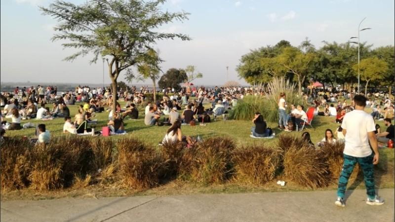 El Parque de las Colectividades, otra vez saturado de gente al sol.