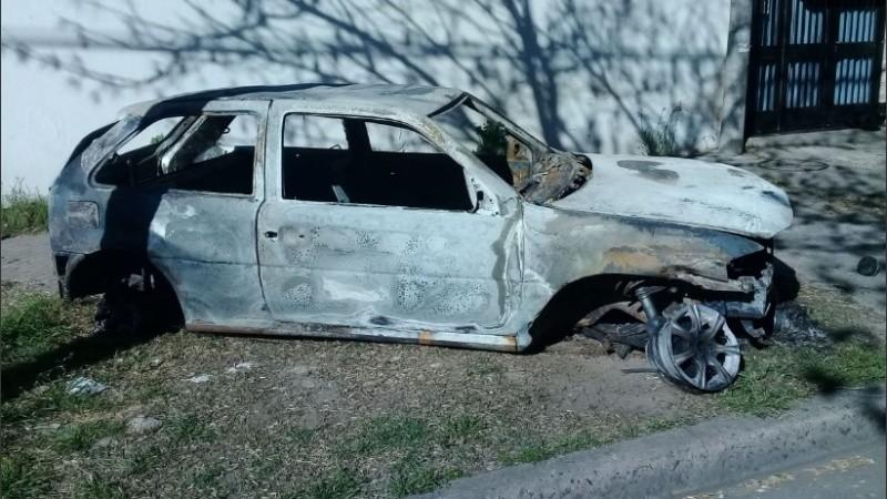 Así quedó el auto prendido fuego.