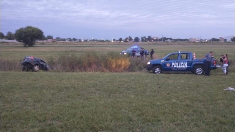 El coche terrminó volcando y sus ocupantes quisieron huir pero terminaron detenidos.