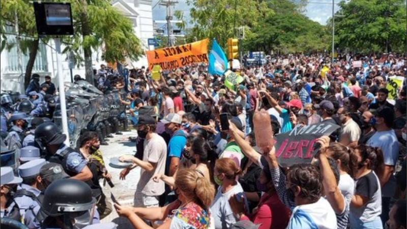 Formosa se manifestó contra la vuelta a fase 1 y hubo represión policial.