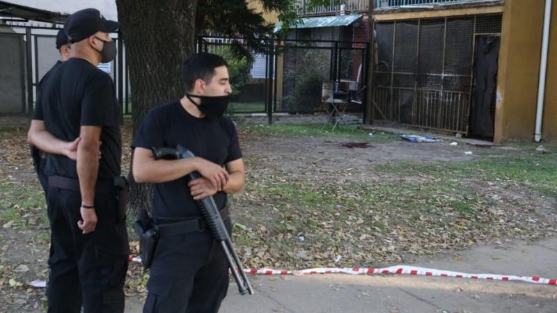 Máxima tensión y custodia policial tras la emboscada criminal en el Fonavi.