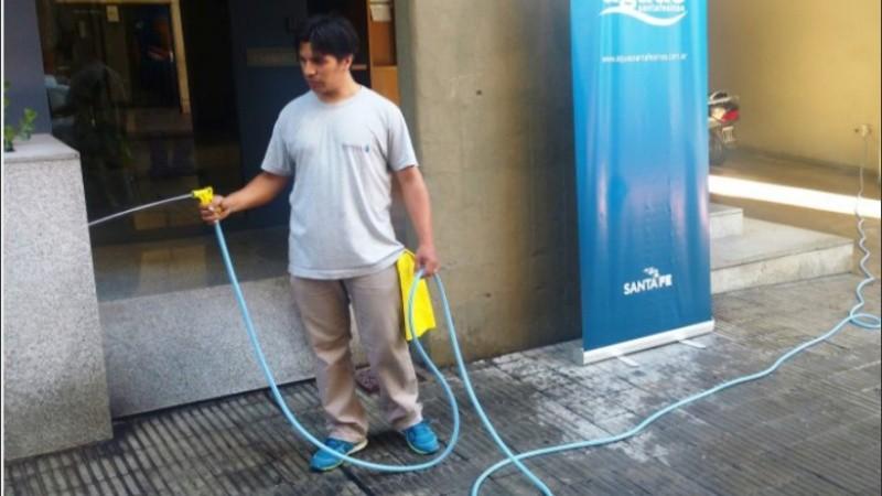 Empiezan a multar a quienes usen mangueras para limpiar la vereda sin sistema de corte
