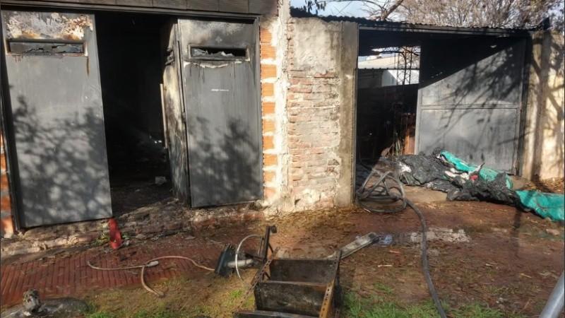Voraz incendio en barrio Cristalería: una familia perdió todo