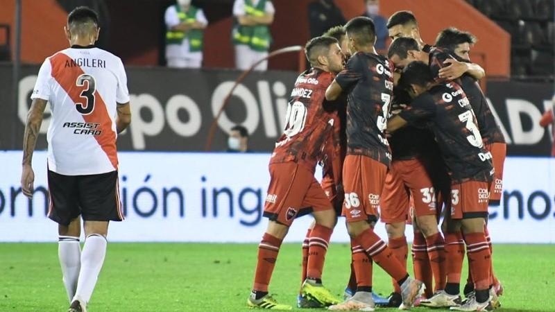 El equipo abraza a Scocco, el mejor de Newell's.