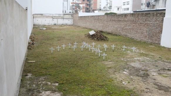 Así se encuentra el terreno de Salta 2141. Son 22 las cruces que recuerdan a las víctimas en ese lugar.