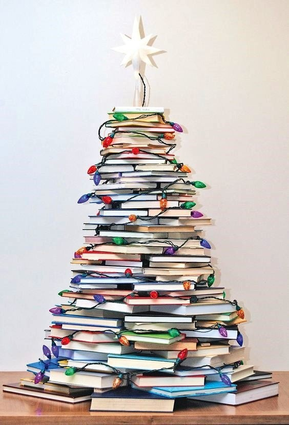 Cre tu rbol de navidad con materiales reciclados - Arbol de navidad con libros ...