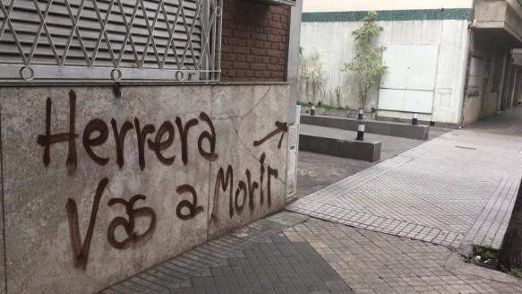 La primera pintada contra Herrera.