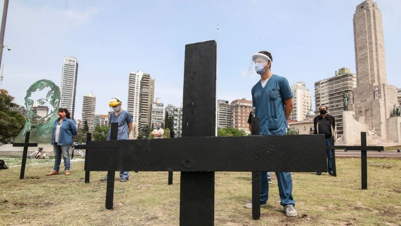 La protesta de los profesionales de la salud este viernes al mediodía. (Foto: Alan Monzón/Rosario3)