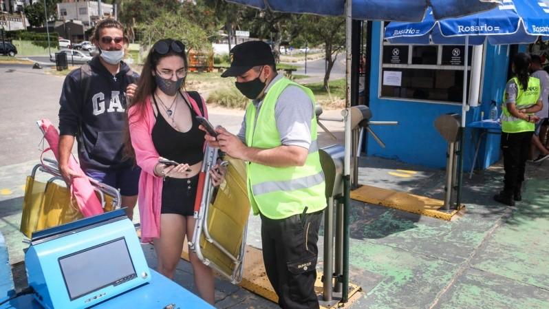 Control al ingresar en uno de los accesos de los ingresos a La Florida. (Alan Monzón/Rosario3)