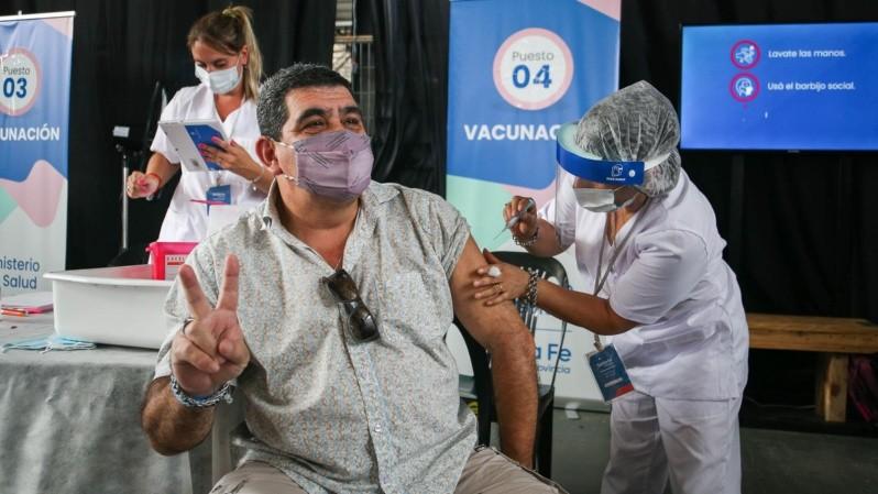 Uno de los primeros docentes vacunados en el Galpón 13 de Rosario. (Alan Monzón/Rosario3)